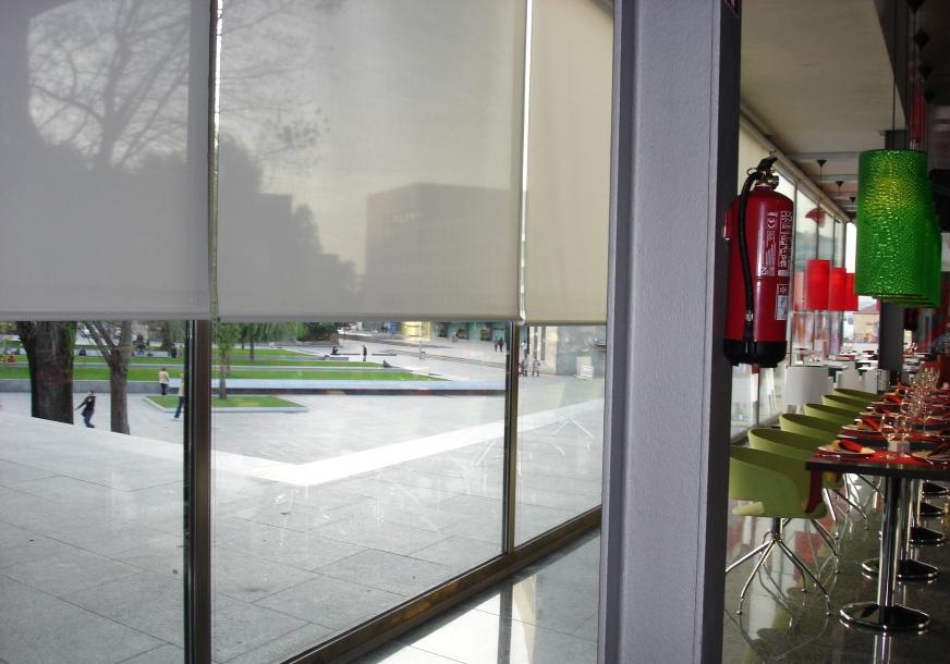 Estor enrollable estores y venecianas mobiliario de for Estores para oficinas